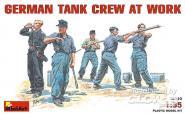 Deutsche Panzerbesatzung arbeitend